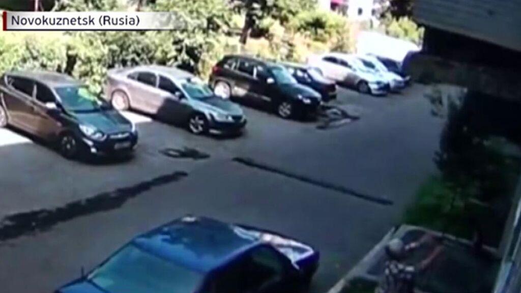 Una mujer coge al vuelo a un bebé de año y medio que cayó desde la ventana de un segundo piso