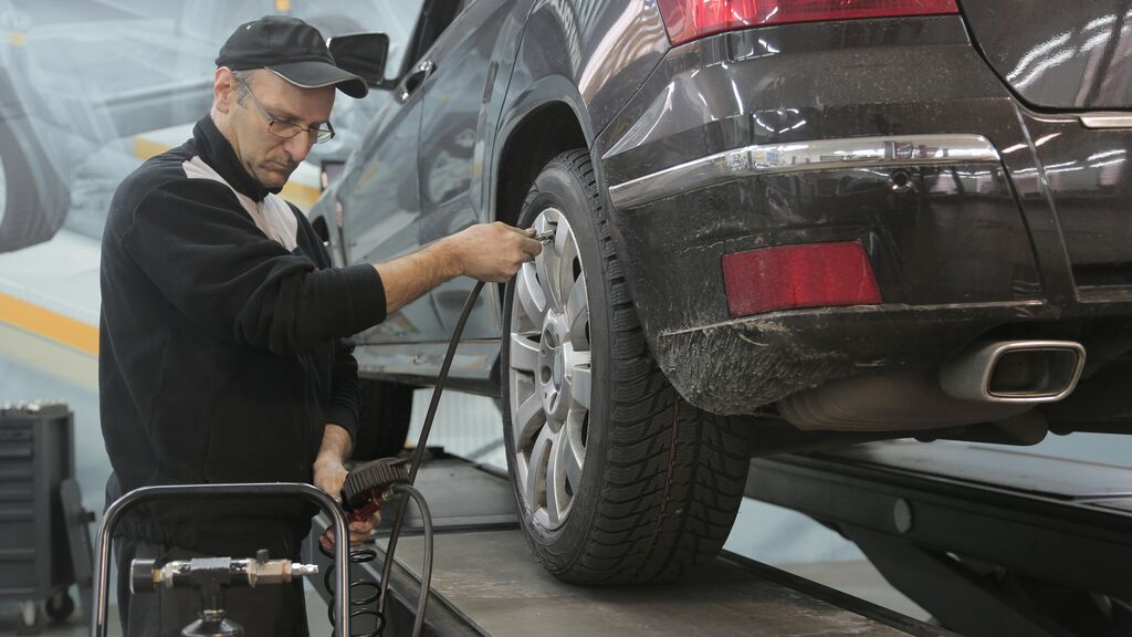 Cómo revisar la presión de las ruedas antes de salir de viaje