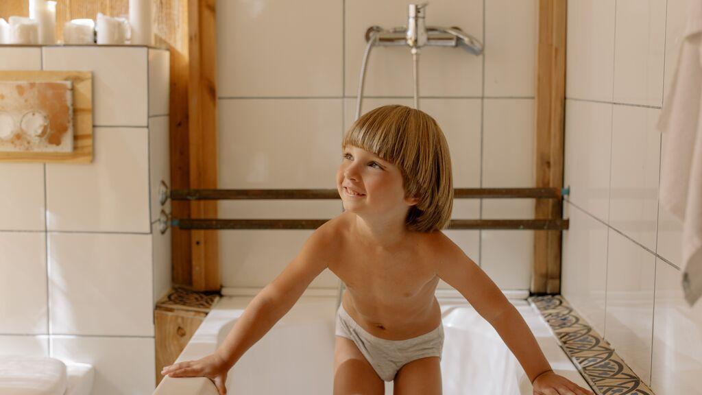 Niño en el baño