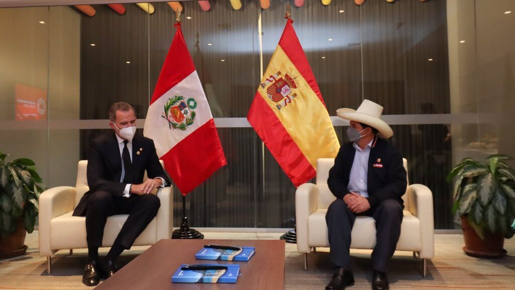 Felipe VI se reúne con Pedro Castillo en la víspera de la toma de posesión en Perú