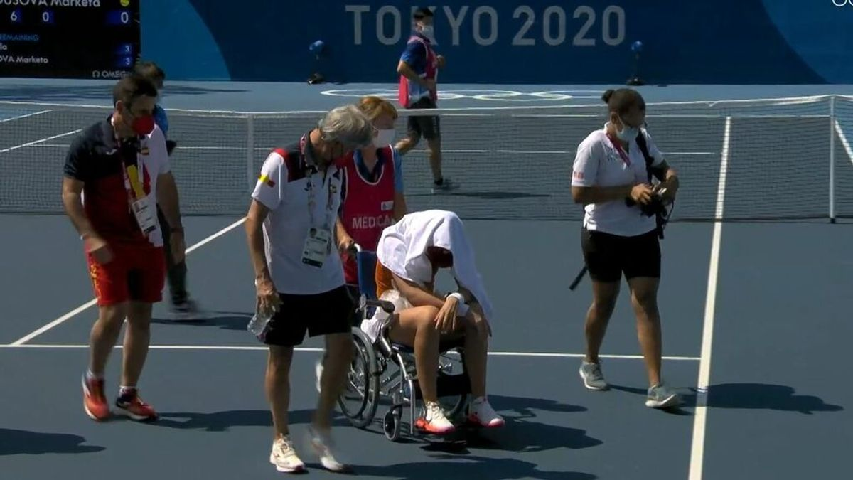 Paula Badosa se retira en silla de ruedas cuando disputaba los cuartos al sufrir un golpe de calor