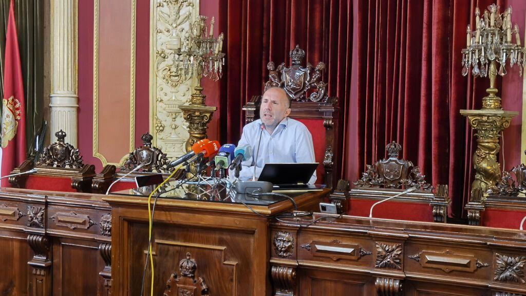 El alcalde de Ourense critica la entrega de la Medalla de Oro de Galicia al personal de vacunación
