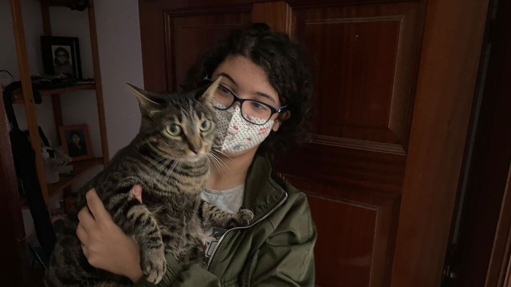 Aitana sostiene en brazos a Luna, la ya conocida como ''gata DJ''