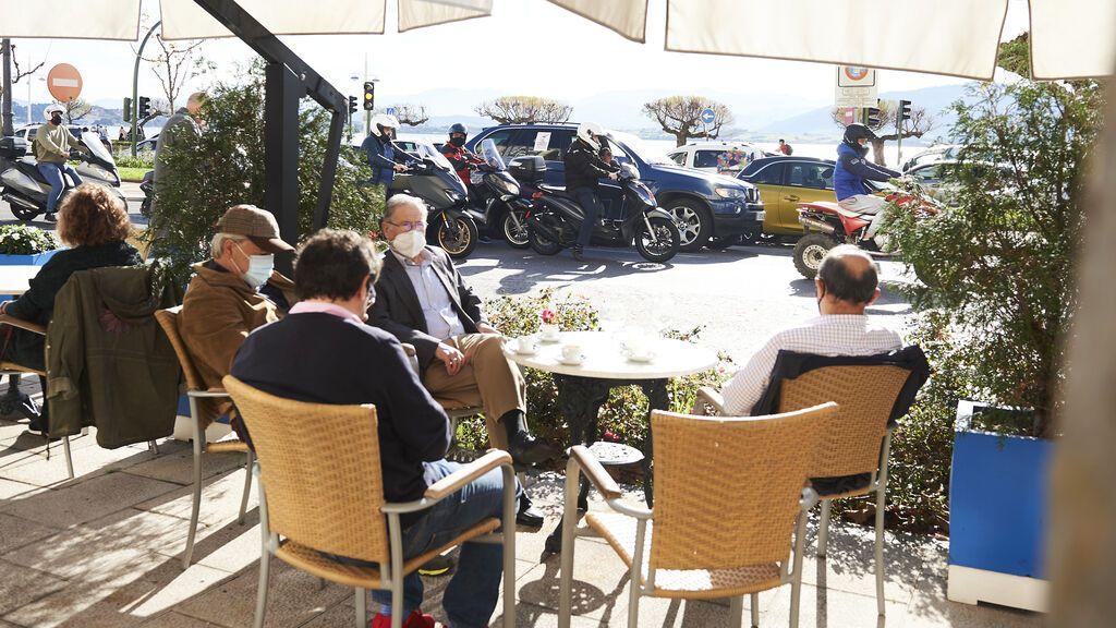 Cantabria cierra el interior de bares y locales y los hosteleros recurren la medida