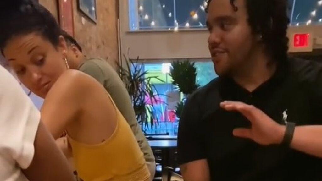 La respuesta de una mujer a un hombre que no paraba de tocarla en un bar arrasa en TikTok