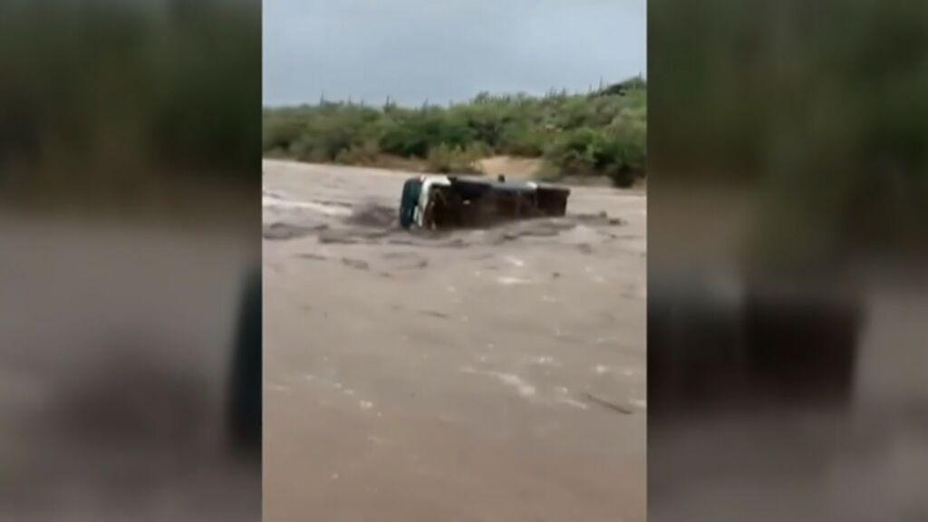 El espectacular rescate de un padre y un hijo atrapados en el coche por las fuertes lluvias