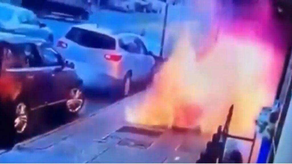 Una impactante explosión en mitad de la calle que casi acaba en tragedia