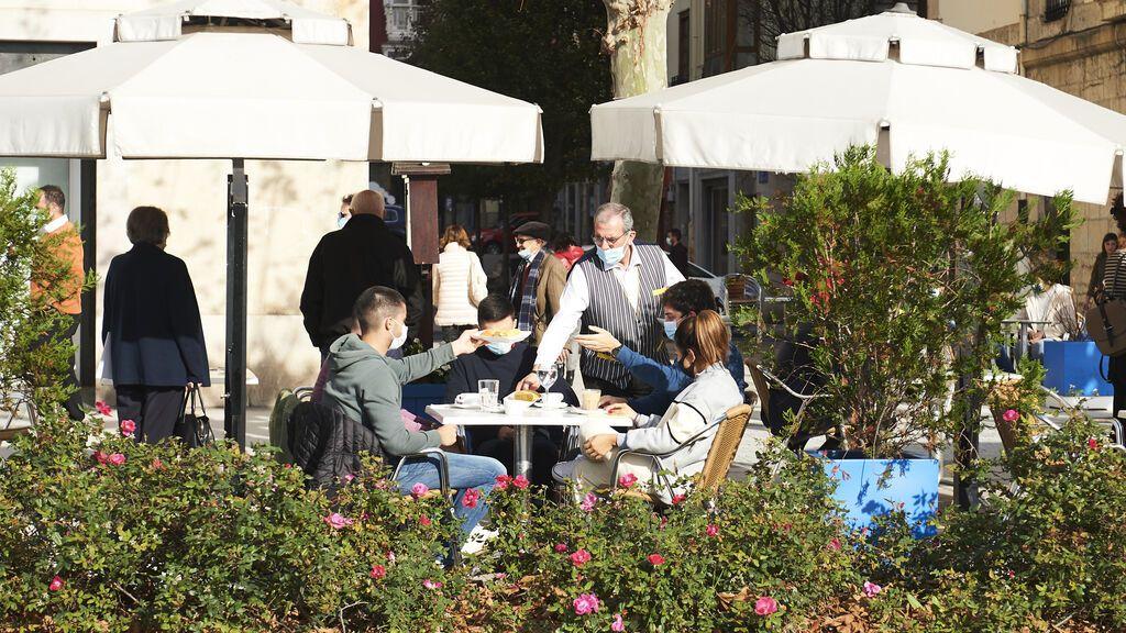 Revilla anuncia que los vacunados podrían entrar en el interior de los bares de Cantabria