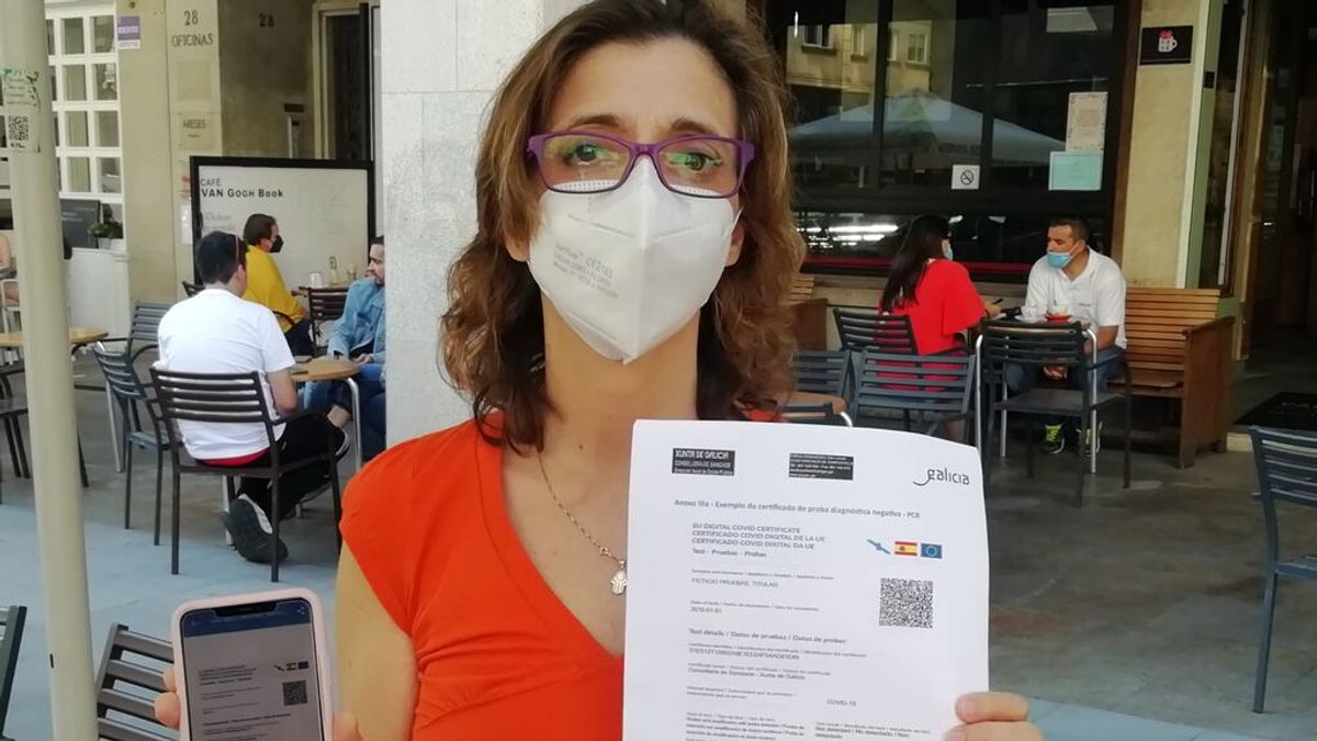 Beatriz Carballido, gerente de FEPROHOS, muestra un certificado de recuperación