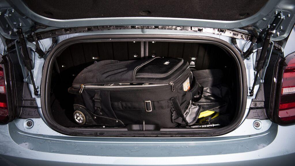 Las maletas debajo del todo o repartir el peso: Trucos para aprovechar el espacio del maletero de tu coche