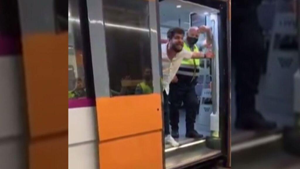 Insulta, amenaza y golpea con un cinturón a unos vigilantes del metro de Barcelona que le pidieron usar mascarilla