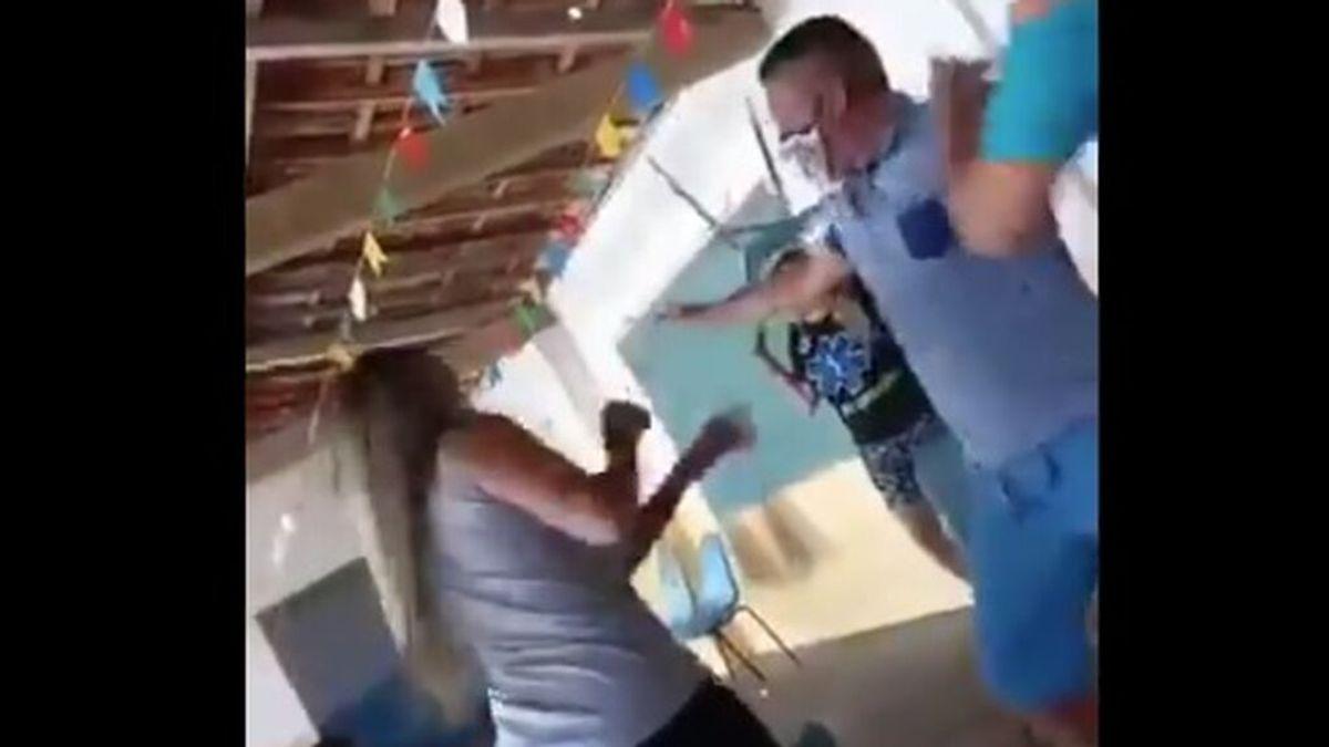 Acompaña a su amante a vacunarse contra la covid, se encuentra con su mujer y estalla la pelea