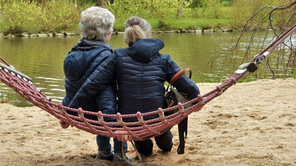 Mi madre ya no se maneja: cómo pedir la paga del cuidador para hacerme cargo