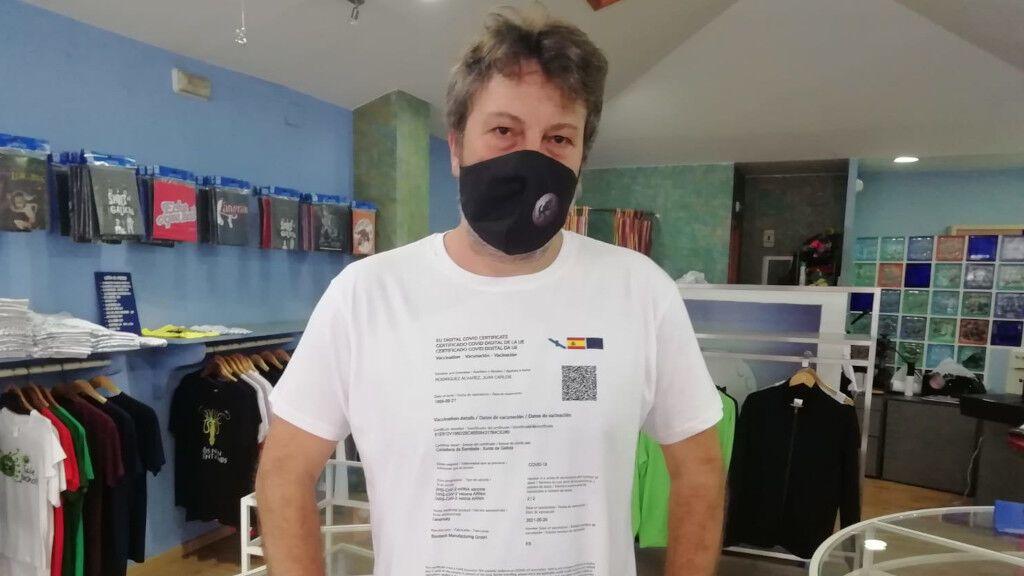 Camisetas con el certificado de vacunación, la última moda para ir de cañas