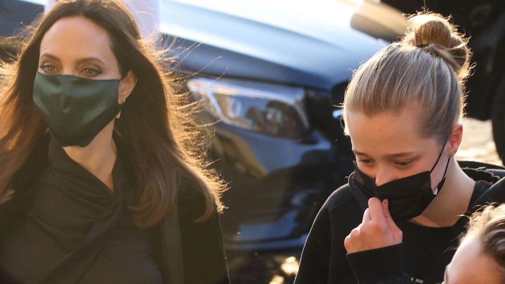 Angelina Jolie con su hija Shiloh en París