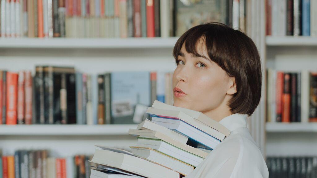 Francia da 300 euros a los jóvenes de 18 años para que gasten en libros, cine o música