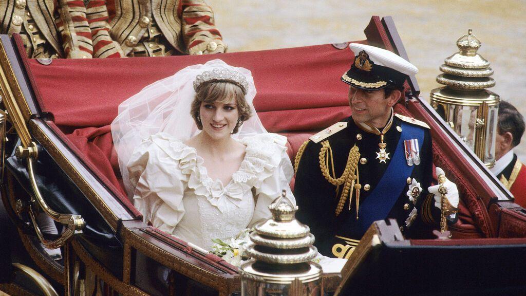 Subastan un trozo de la tarta de boda del príncipe Carlos y Lady Di 40 años después