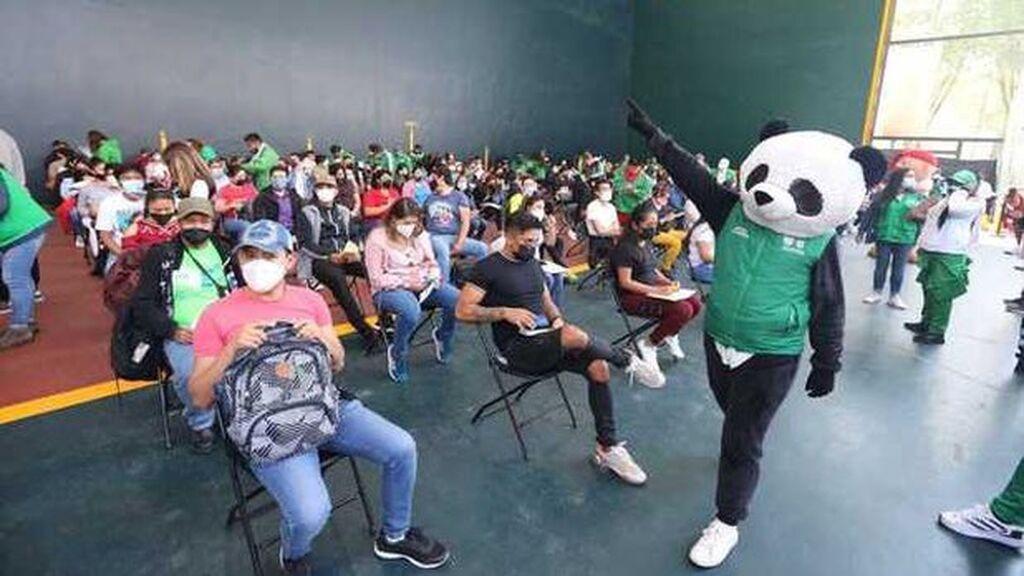 Pandemio, el panda que anima las colas de vacunación en México
