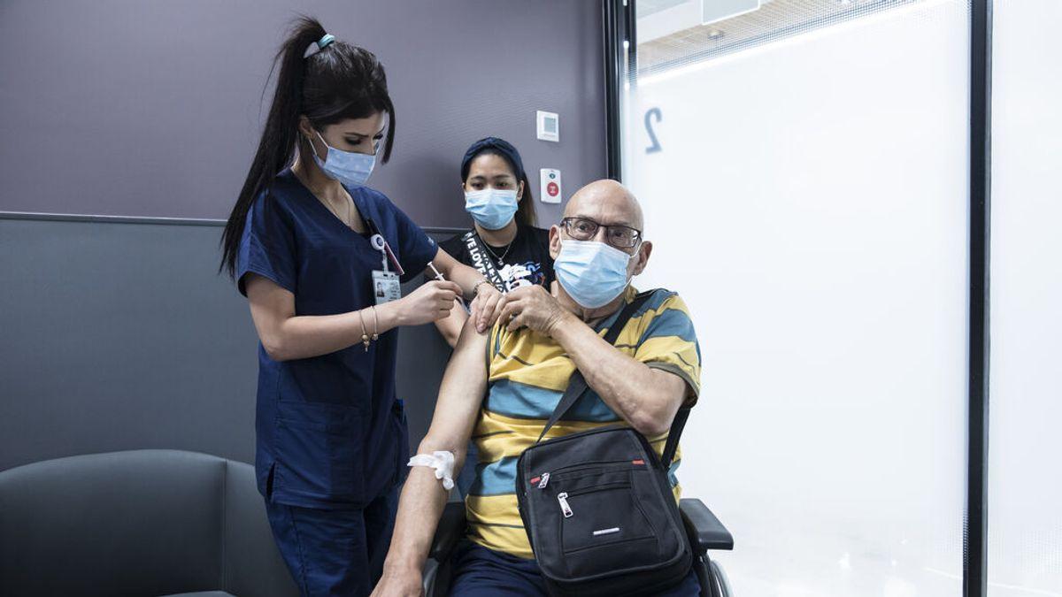 Israel comienza a aplicar la tercera dosis de la vacuna contra la covid a mayores de 60 años