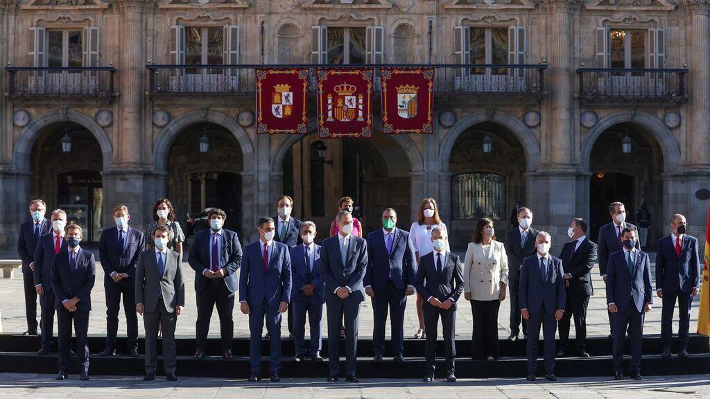 El rey Felipe VI posa junto al presidente del Gobierno y los presidentes Autonómicos en la plaza Mayor de Salamanca