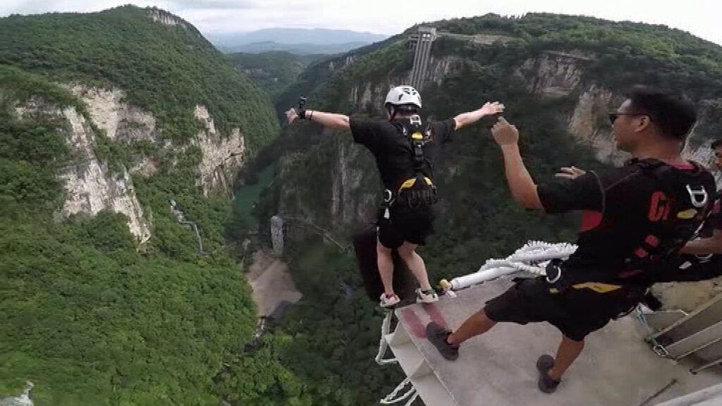 China presume del 'puenting' más largo del mundo: 260 metros de caída desde un puente trasparente
