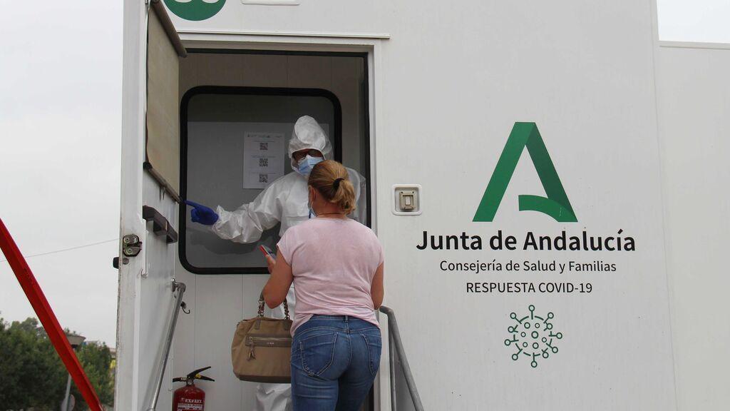 Andalucía suma 5.138 positivos, la peor cifra de la semana, siete muertos y la tasa sube hasta 582