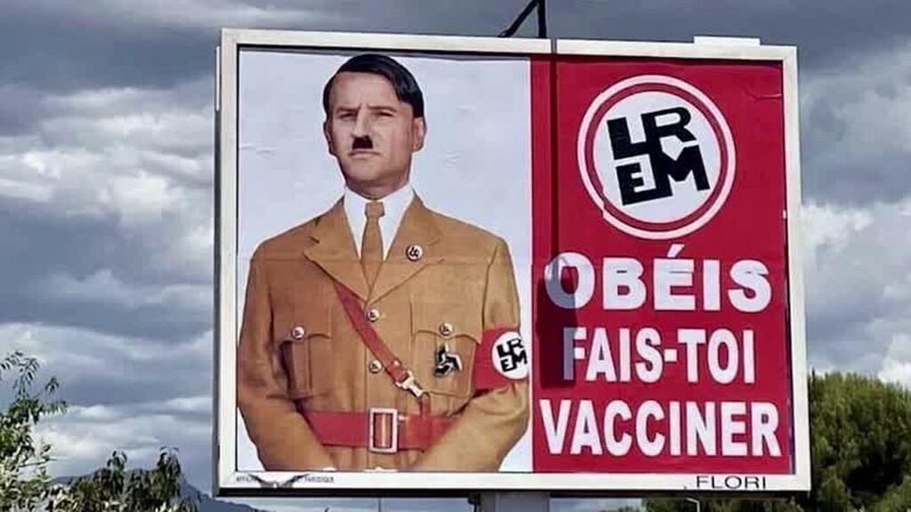 Una valla publicitaria muestra a Macron caracterizado como Hitler