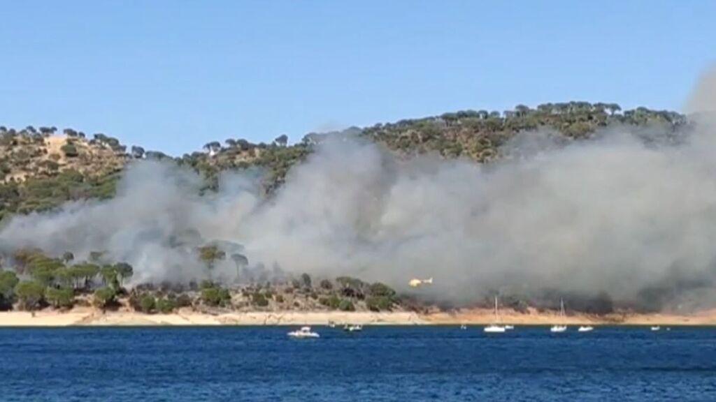 Incendio en el pantano de San Juan de Madrid: el viento está haciendo que se propague rápidamente