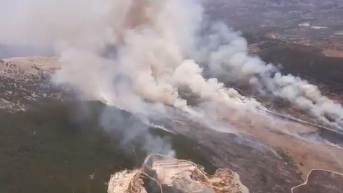 Aumentan a 13 medios aéreos y 60 bomberos el dispositivo contra incendio forestal de Cabra (Córdoba)