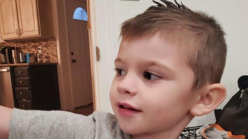 Encuentran muerto a un niño de 4 años en su baúl de los juguetes: le buscaron durante días