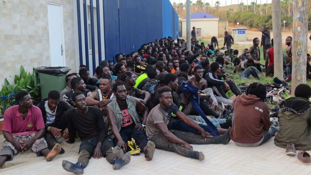 Un brote de covid entre los migrantes que saltaron la valla de Melilla obliga a confinar su zona del CETI