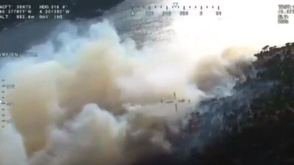 Cinco helicópteros trabajan para extinguir un incendio en el Pantano de San Juan