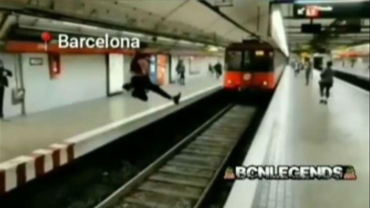 Denuncian el temerario salto de un joven en el metro de Barcelona: piden colaboración para identificarle