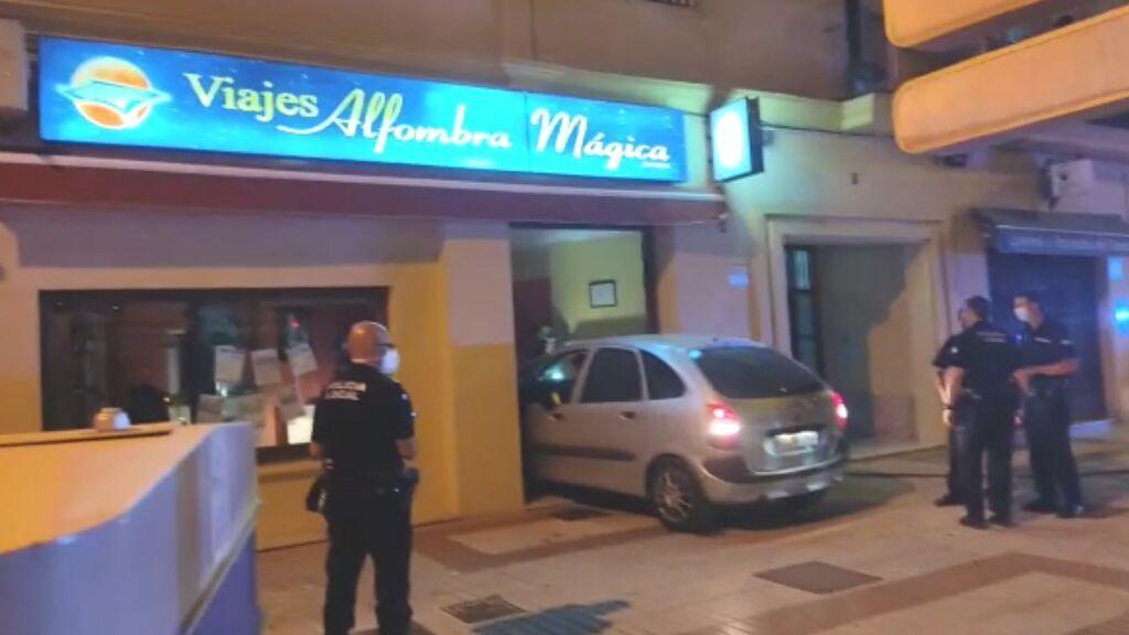 Una anciana estrella su coche contra una agencia de viajes en Sanlúcar de Barrameda