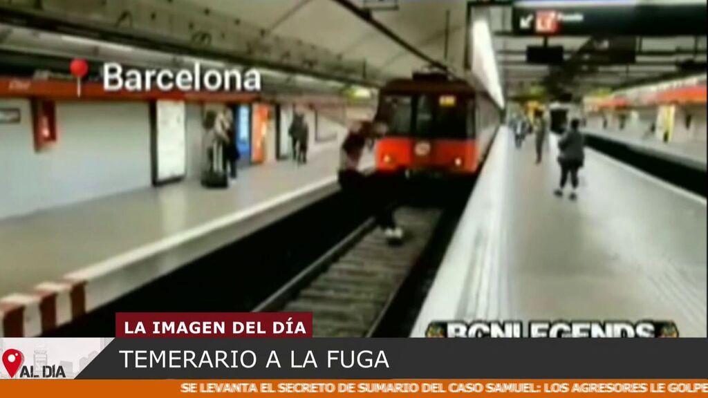 Los Mossos buscan a un temerario que se fugó tras saltar las vías cuando un metro iba a pasar