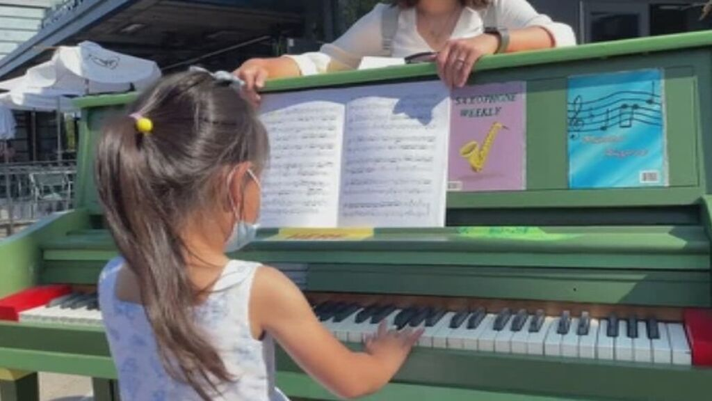 Una niña de 4 años pasa de recibir clases de piano por Zoom a tocar en el Carnegie Hall de Nueva York