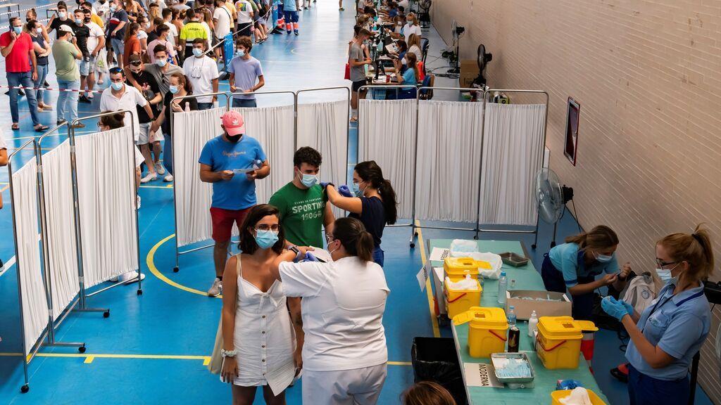 Imagen de un centro de vacunación en Espartinas (Sevilla)