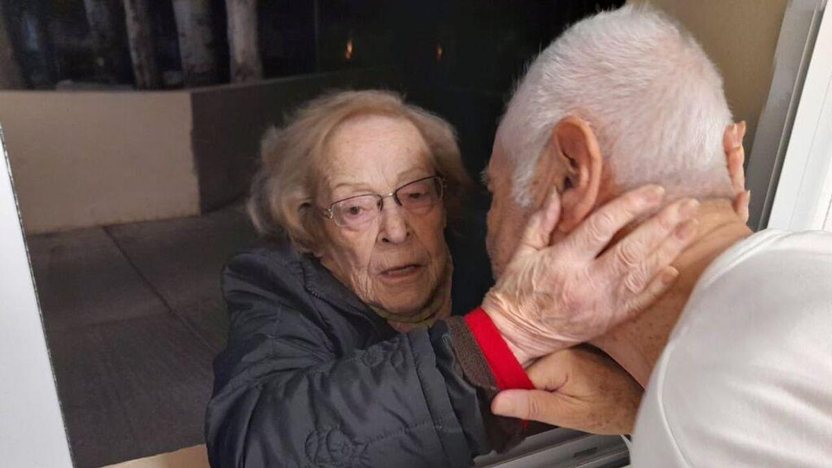 Amor incondicional: una mujer va a la ventana del hospital a ver a su marido ingresado