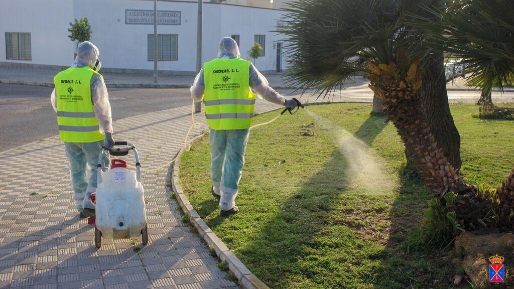 Operarios de la Puebla del Río fumigan contra los mosquitos