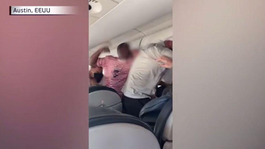 Pelea monumental en pleno avión: tres hombres, a puñetazo limpio por el respaldo de un asiento atascado