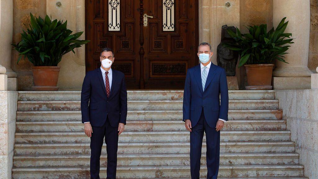 Sánchez despacha con el rey en Marivent un año después de la marcha del emérito