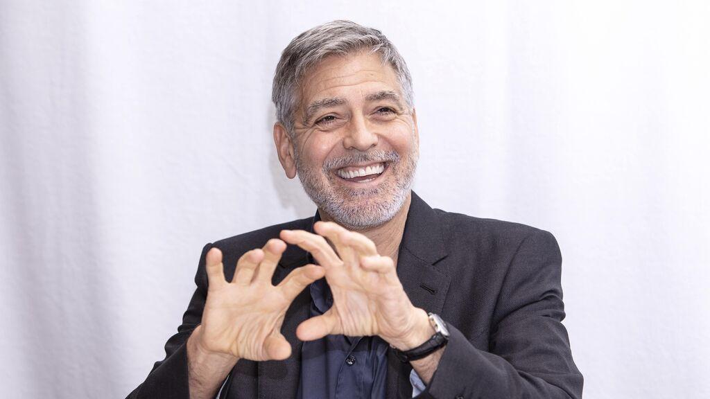 Arrimar el hombro y bajar al barro: George Clooney ayuda a retirar escombros tras las inundaciones en Italia