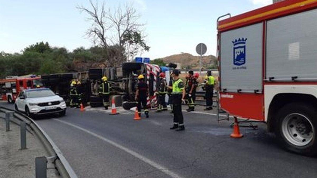 Efectivos de la Guardia Civil y bomberos en el lugar del accidente