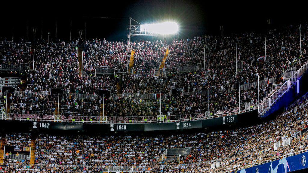 Al fútbol y al baloncesto sin bocadillo, con mascarillas y con un máximo del 40% del aforo del estadio