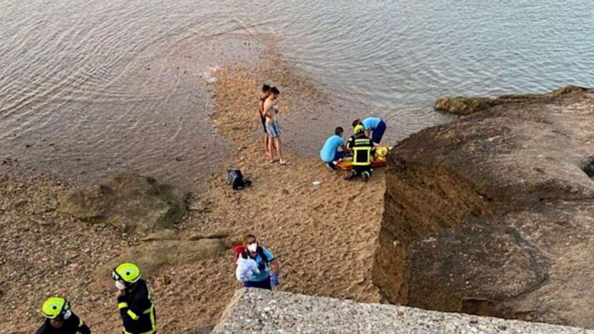 Saltos que pueden ser mortales: heridos dos jóvenes en Cádiz al saltar del puente de La Caleta