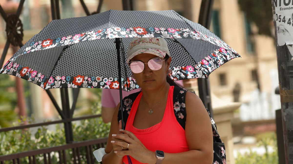 EuropaPress_3840312_mujer_protege_sol_paraguas_dia_alerta_roja_altas_temperaturas_12_julio_2021