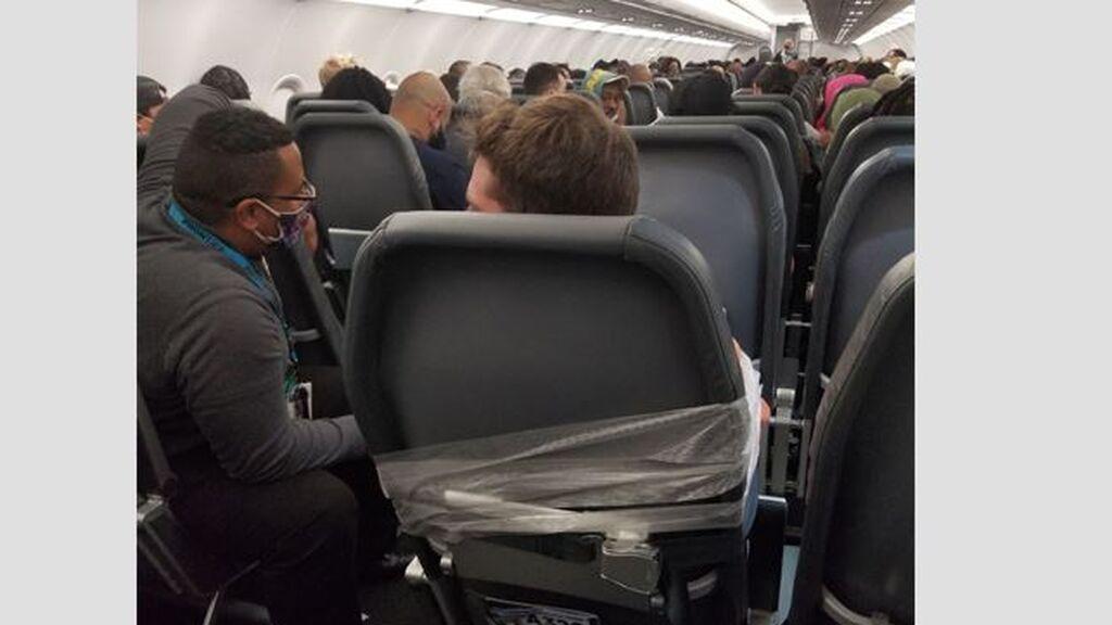 Un pasajero borracho, vuela atado con cinta adhesiva por su comportamiento violento