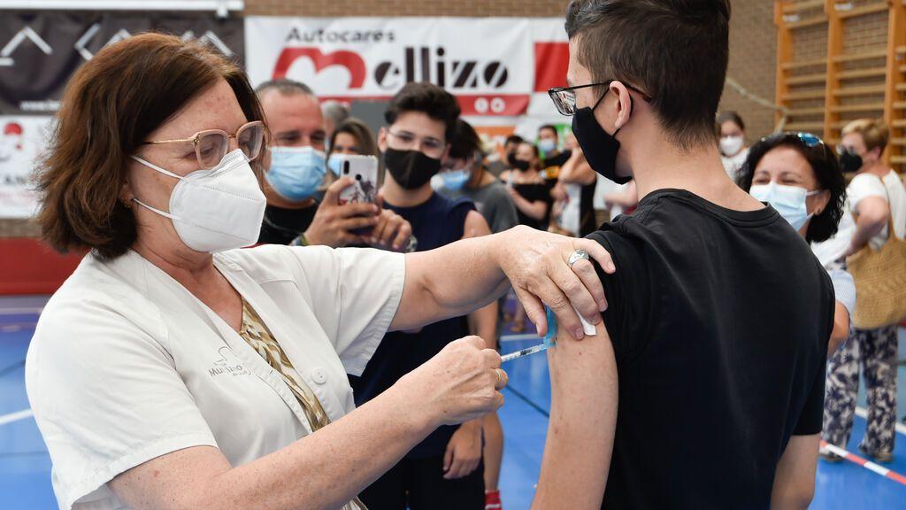 Los adolescentes de 12 a 15 años ya pueden pedir cita para vacunarse en Cataluña