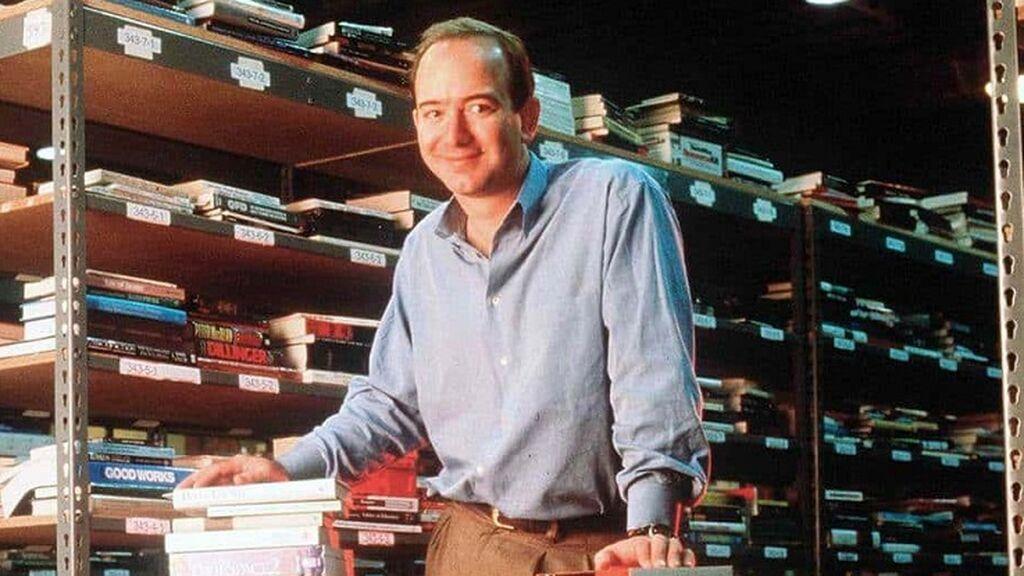 Jeff Bezos comenzó vendiendo libros en el garaje de su casa.