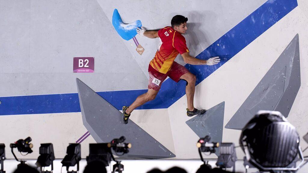 Alberto Ginés en la final de escalada deportiva en Tokio